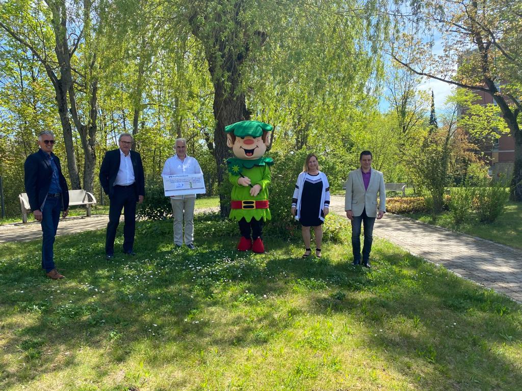 Erwin Grassl, Uwe Feser, Dirk Münch (Vorstand Hospizverein), Ute Schießl und Thomas Mrotzek (Koordinatoren Hospizverein) bei der Spendenübergabe.